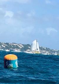 Le vainqueur de l'édition 2010, passe la ligne à la barre de Happy, le bateau vainqueur de la 1ère édition en 1978
