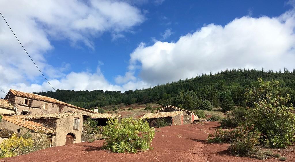 Les collines du Salagou avec sa roche touche et les maisons typiques de l'endroit.
