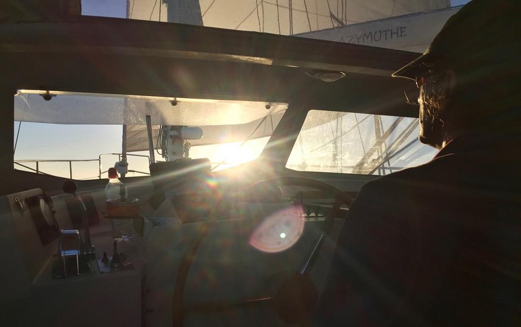 Stéphane à la barre dans le soleil couchant