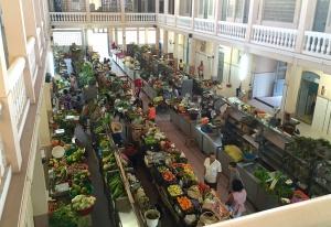 Le marché couvert aux fruits et légumes