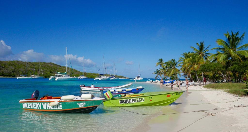 L'armada des bateau-taxis sur la plage de Petit Bateau